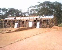 tsarasaotra posa del tetto alla scuola 2 maggio 2013.jpg - 8.59 Kb