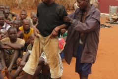 02 Malato di tubercolosi aiutato da un compagno per partecipare alla S.Messa