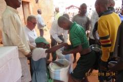 09 Distribuzione del riso per il pranzo di Pasqua