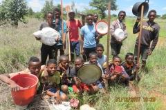 I ragazzi al ritorno dal lavoro con pentole e stoviglie. Il pranzo viene preparato e consumato nei campi.