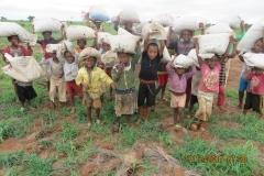 I ragazzi della tribù di René al lavoro con sacchi di concime