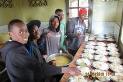 Turno dei ragazzi preparare da mangiare